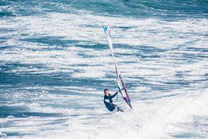 Windsurf su un'onda gigante