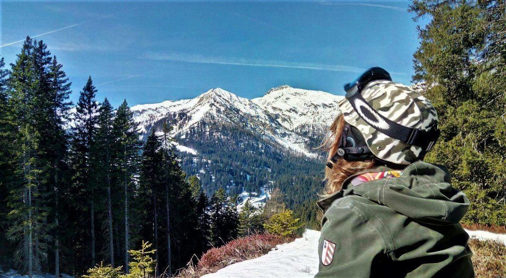 ragazza di fronte alle montagne