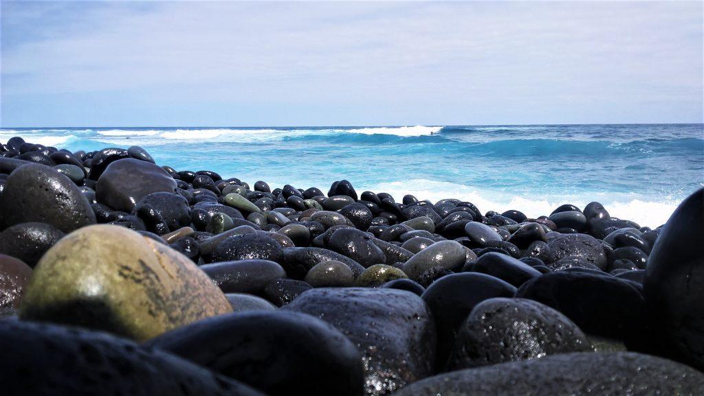 mare azzurro e sassi