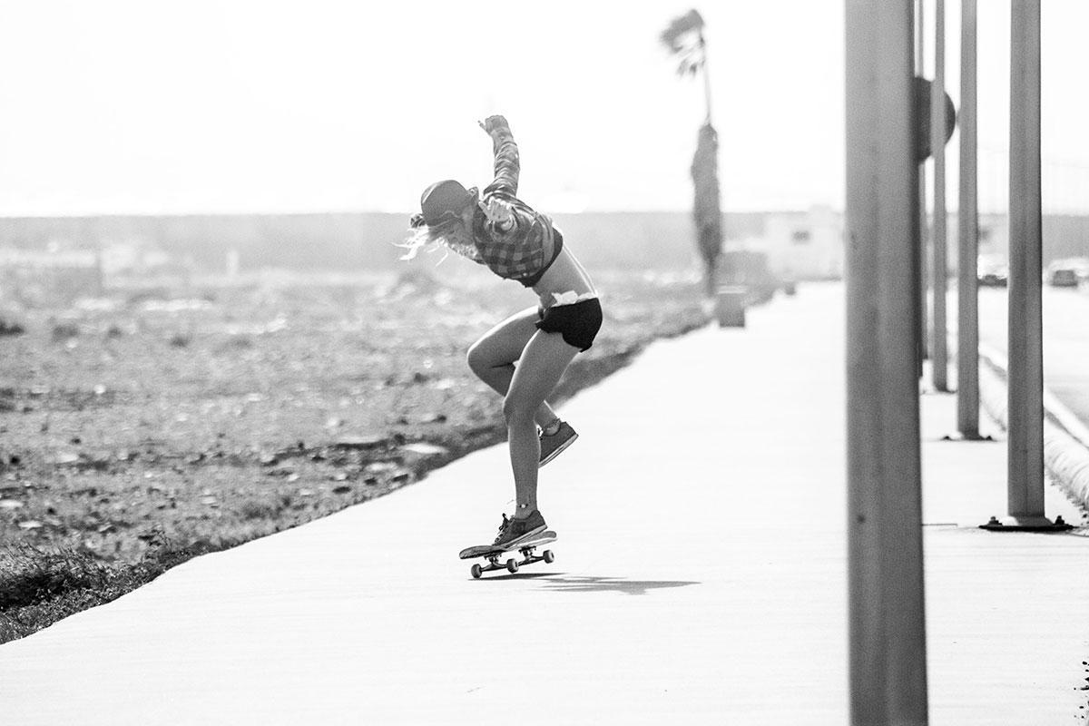 ragazza sullo skate salto