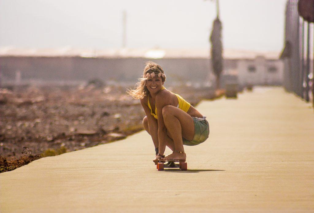 ragazza sullo skate